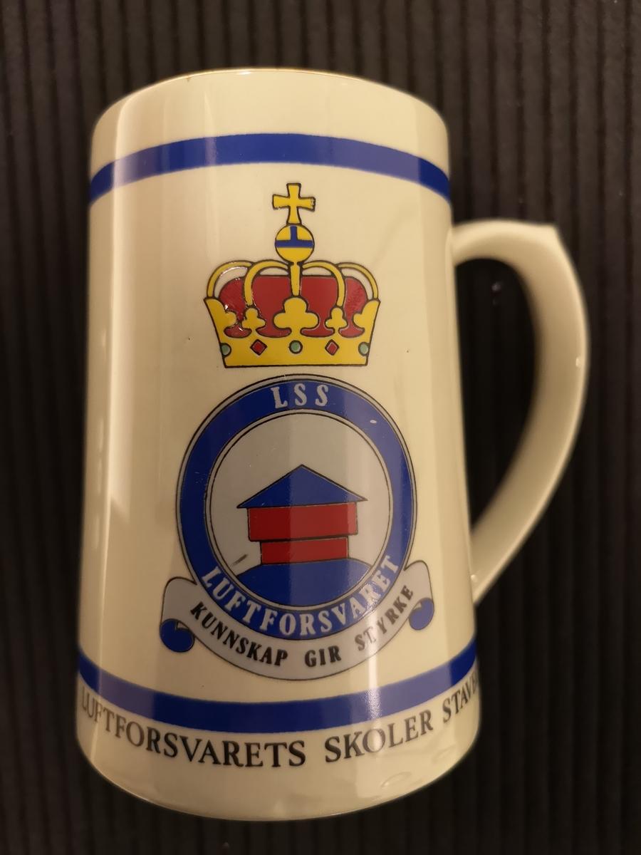 """Luftforsvarets emblem. Emblem Blokkhus og tekst """"Kunnskap gir Styrke"""""""