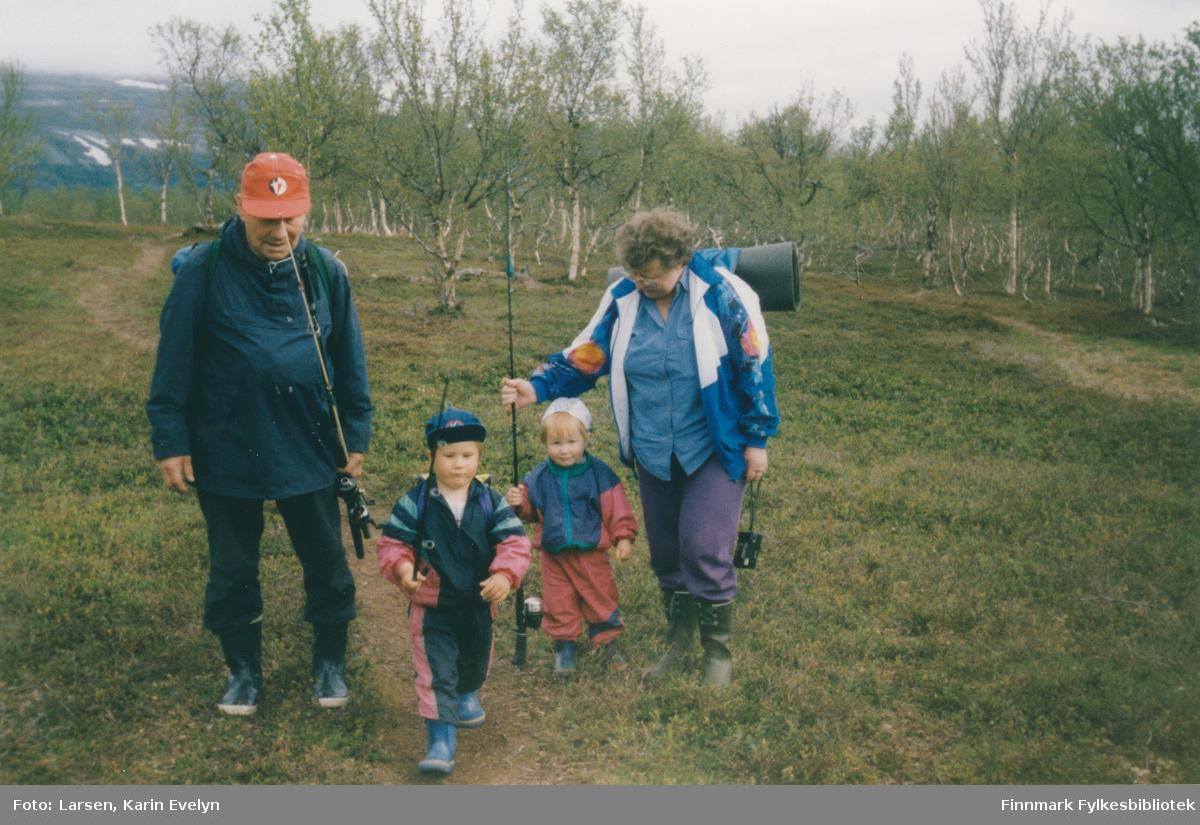 På tur til Kjæsvannet i Porsanger i 1993. Fra venstre: Josef Josefsen, Kenneth Larsen, Iselin Larsen og Amalie Josefsen (født Johnsen).