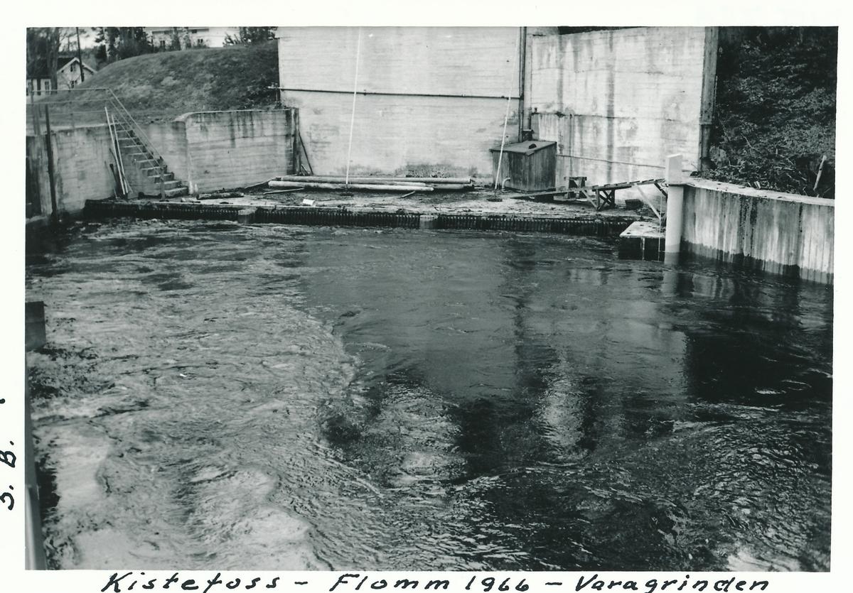 Høy vannstand ved varegrinda til vanninntaket for kraftstasjonene på Kistefos.