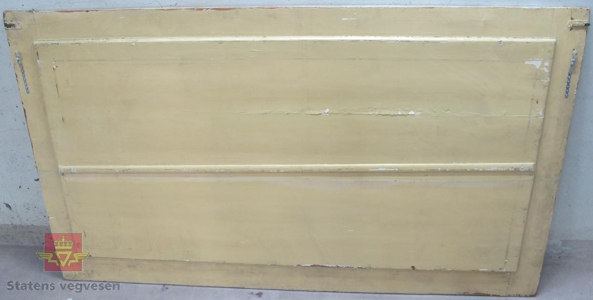 Rektangulært reklameskilt i tre og glass, med påskriften ACTIESELSKABET ØSTLANDSKE PETROLEUMSCOMP. Glassplaten er innfelt i treverket og har gullfarget tekst på svart bakgrunn. På baksiden er det låsemekanismer i metall, en på hver side men kun den ene er komplett. Det er påmontert to patentbånd for opphenging på vegg, trolig etter at skiltet ikke lenger ble brukt til reklame.