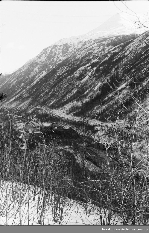 Overblikksfoto av Rjukan Fabrikker (RF) vintertid.