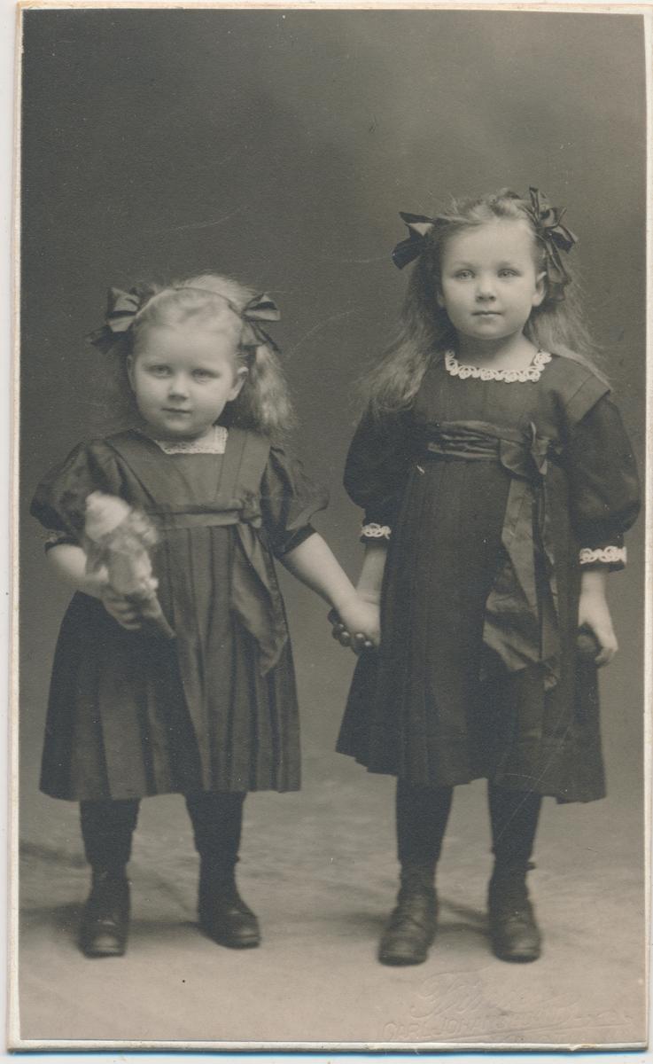 To små jenter, stående, ukjente