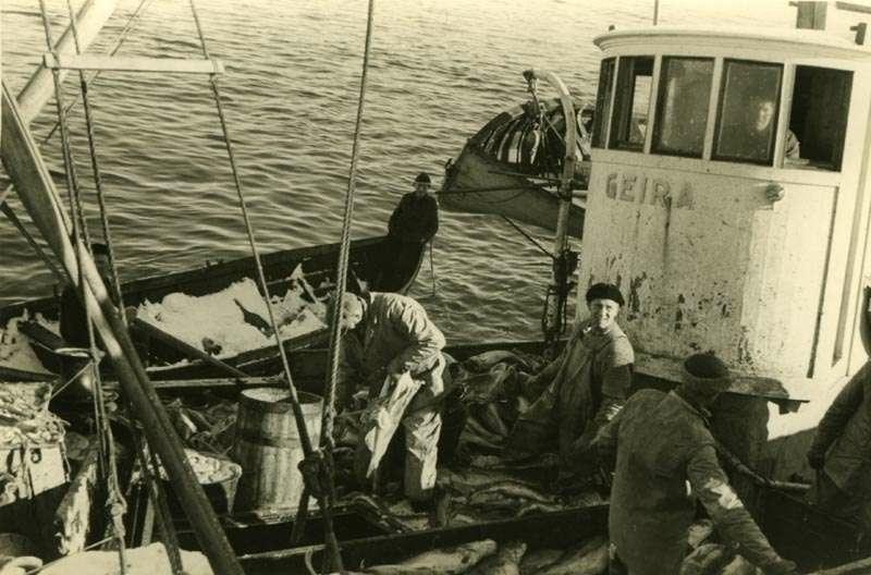 """""""Geira"""" med mannskap og hjelpebåt"""