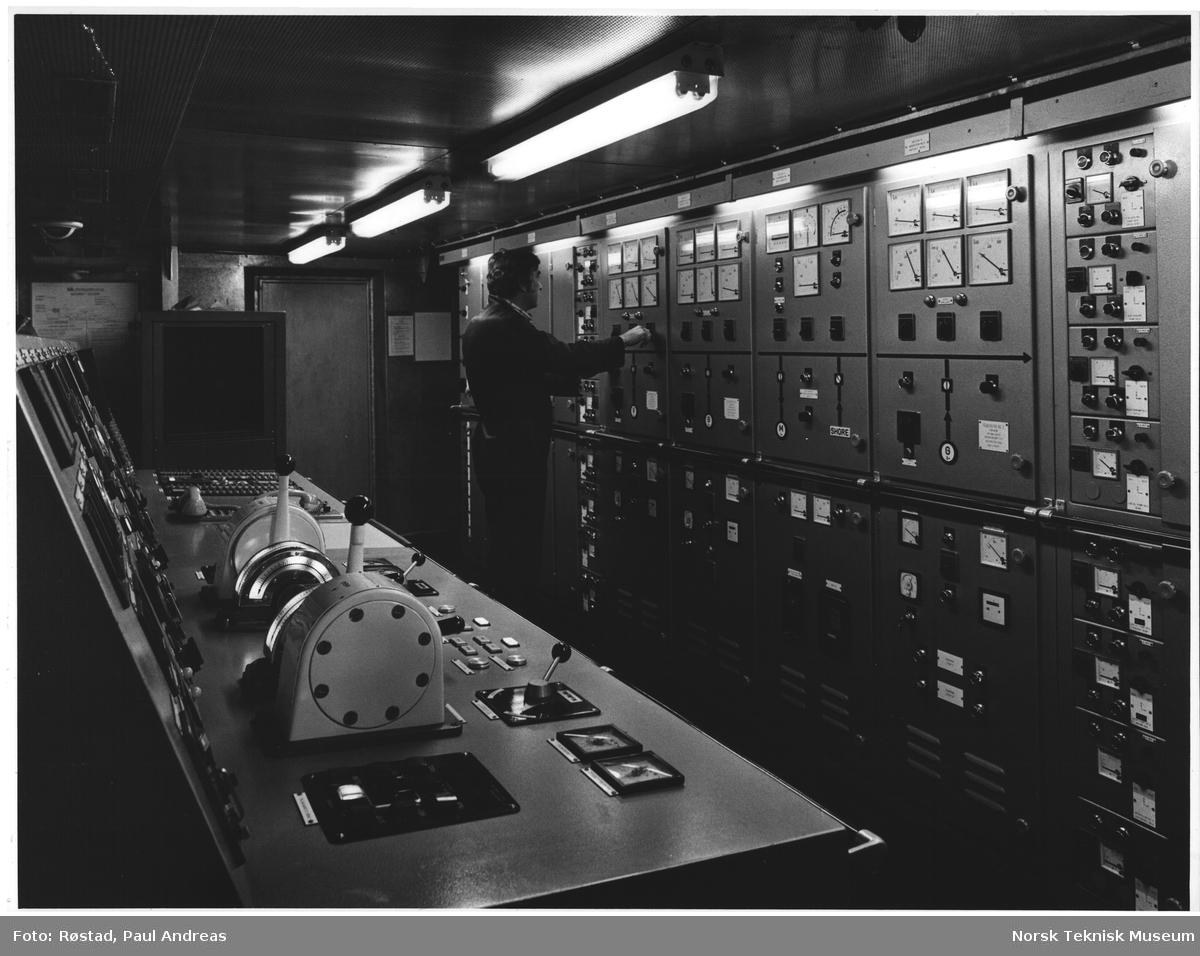 """El-sjefen (sjefselektrikeren), i maskinrommet eller maskinapparar, rommet, Oslo, Fred Olsen-båten, """"BOHEMUND"""""""