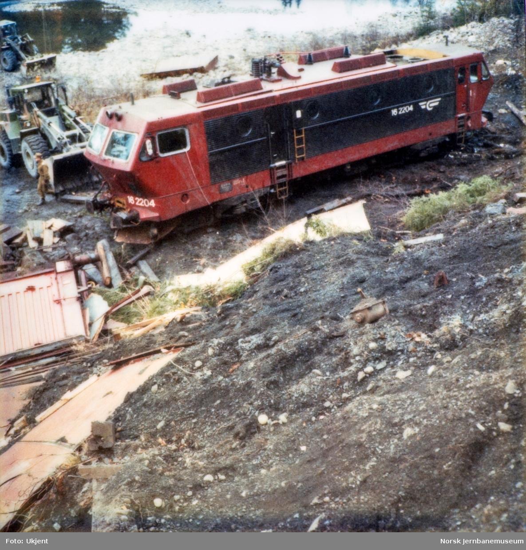 Avsporet elektrisk lokomotiv El 16 2204 etter å å kjørt inn i et jordras. Lokomotivet fikk store skader, men ble berget og reparert