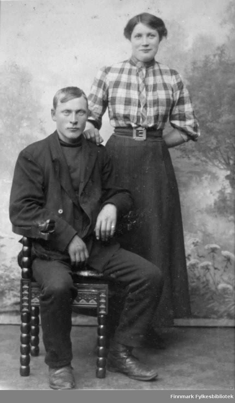 Visittkortportrett av en mann og en kvinne. Fotograf Emilie Henriksen.