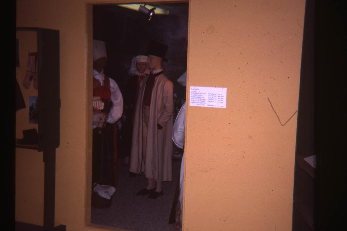 """Utställning; """"Fr. utst.\Fästepigor och färdebönder"""""""""""""""