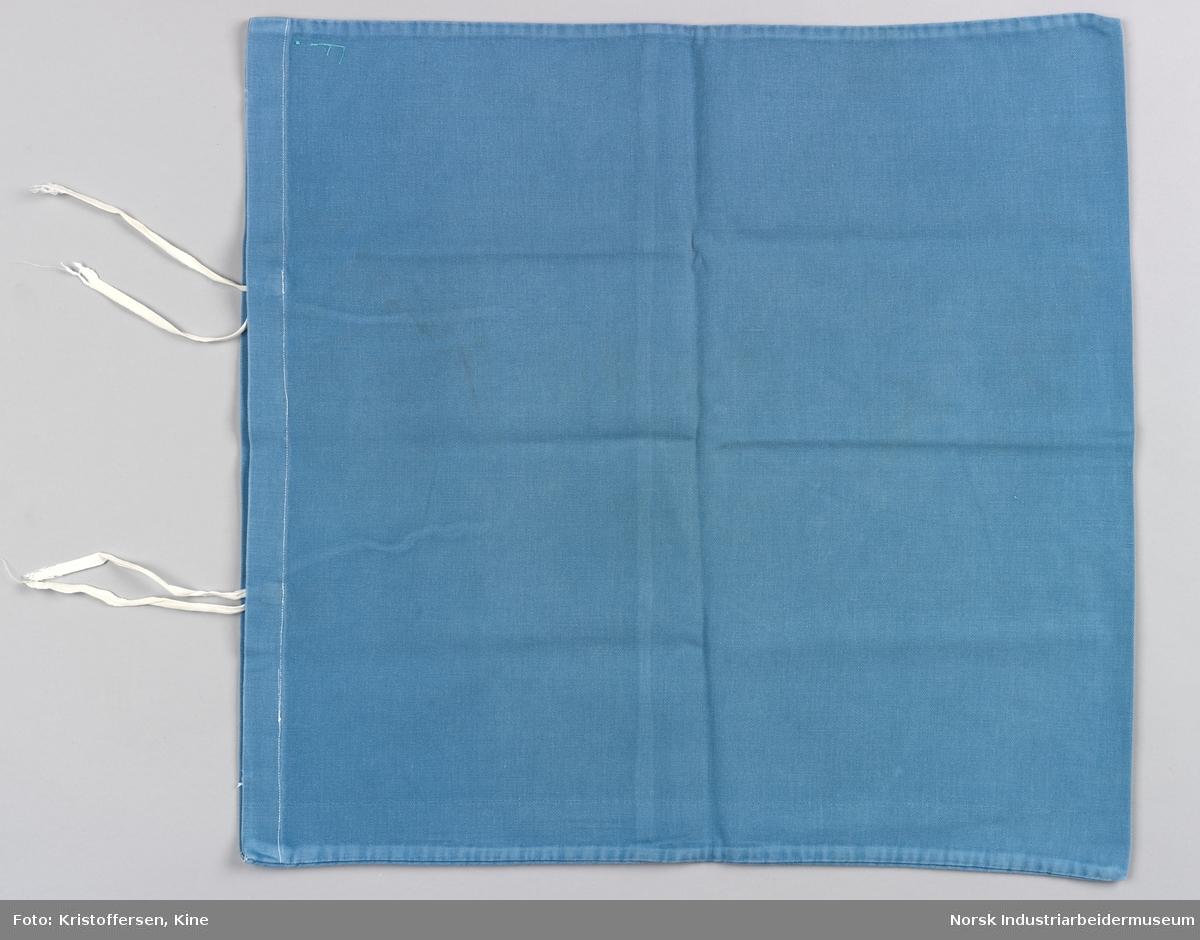 Putevaret er sydd sammen langs tre kanter og nederst er det en bredere fald der knytebåndene er festet. Det er to knytebånd på hver side, vanlige hvite bendelbånd. Pålimt merke: U 10. Det er også brodert en F i lysegrønn tråd ved sidesømmen i nedkant. Er begge deler vaskerimerking? Det er ikke tvil om hva dette stoffstykket er – det er et putetrekk. Det er sydd av blått bomullsstoff, maskinvevd i kypertbinding. Putevaret er sydd sammen langs tre kanter og nederst er det en bredere fald der knytebåndene er festet. Det er to knytebånd på hver side, vanlige hvite bendelbånd.  Pålimt merke: U 10. Det er også brodert en F i lysegrønn tråd ved sidesømmen i nedre kant. Er begge deler vaskerimerking? Eller er det merking som forteller hvor på båten putevaret hørte til?