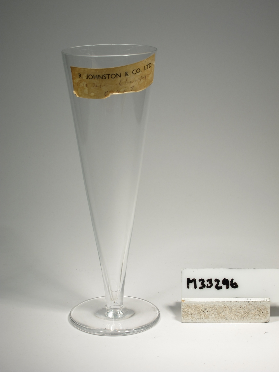 "Champagneglas med konisk kupa och påklippt ben. Etikett: ""R. JOHNSTON & CO. LTD. ??? Champagne C 7267"""