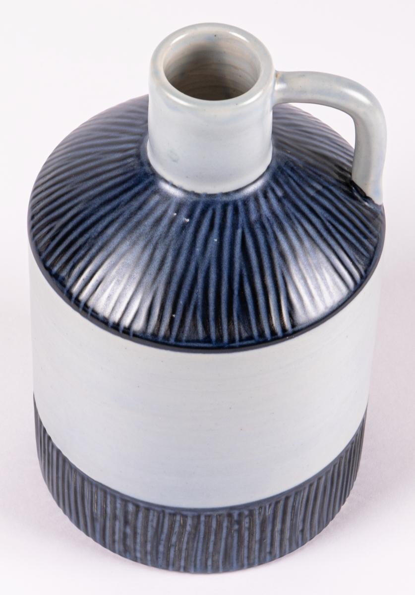"""Hänkelvas tilverkad av Bo Fajans och formgiven av Lillie Dahlgren. Blå/grå glasyr. Ingår i serien """"Safari"""" från 1958."""