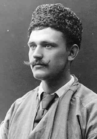 Porträtt, bröstbild, av Axel Edvard Bolling med mustasch samt pälsmössa på huvudet.