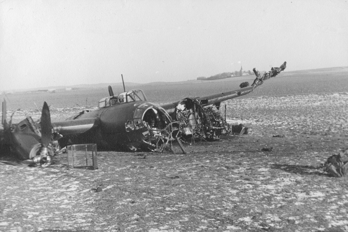 Flygplan Saab B 18B, nr 18174, efter haveri på flygfältet på F 14, Halmstad, 22 januari 1946.