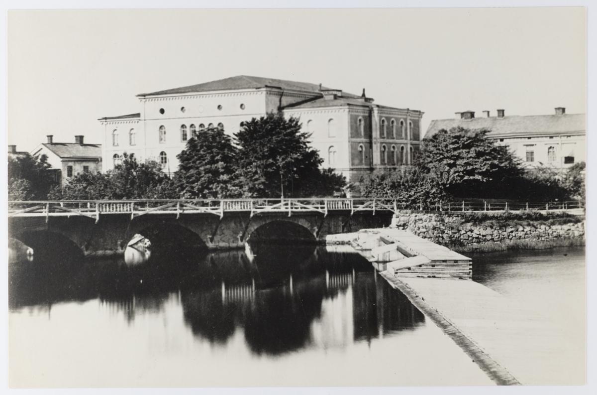 Örebro teater. Nya storbron inte är riktigt klar, den invigdes 1884, så bilden är troligen tagen 1884. Teatern brann sep 1882, taket o interiör, allt reparerades och återinvigdes nov 1889.