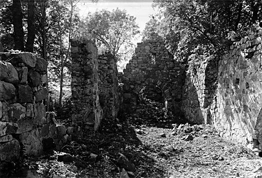 Interiör från öster mot väster, Stora Rytterne kyrkoruin i Lundby, Västerås.
