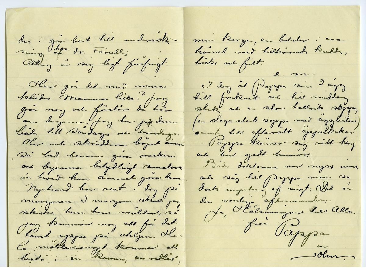 Brev 1901-09-22 från John och Joseph Bauer till Emma, Hjalmar och Ernst Bauer, bestående av tre sidor skrivna på fram- och baksidan av ett vikt pappersark. Huvudsaklig skrift handskriven med svart bläck. Handstilen tyder på John Bauer som avsändare.  . BREVAVSKRIFT: . [Sida 1] M.S. den 22 Sept. f.m. 1901 Snälla Mamma, Hjalmar å Enne. Pappa har sofvit rätt godt i natt, och febern har gått ned (37,5). Han har hållit på och läst Svenska Dagbladet nu i öfver 2 tim- mar och under tiden har jag sofvit ett tag här i stolen. Solen bränner aldeles rysligt. (De togo ned makisen i går) och rummet är fullt af [överstruket: n samt streck över o] flugor. I dag slipper pappa alla  skjöljningar, eftersom det är  söndag. Pappas urin skicka- . [Sida 2] des i går bort till undersök- ning hos dr. Forsell. Allting är sig ligt föröfrigt. Hur går det med mina kläder Mamma lilla? Jag går nog och förstör de här om dagarna Jag har [överstruken bokstav] ju dem både till söndags och hvardags. Har inte skräddarn börjat ännu så bed honom göra rocken och byxorna betydligt smalare än hvad han ämnat göra dem Nystrand har rest i dag på morgonen. I morgon skall jag skicka hem hans möbler, så jag kommer nog att få det tomt uppe på ateljen. He- la möblemanget kommer att bestå i en kamin, en vedlår, . [Sida 3] min korge, en bolster i ena hörnet med tillhörande kudde, täcke och filt. e.m. I dag åt Pappa sina 2 ägg till frukost och till middag stek och en stor tallrik soppa, (en slags stark soppa med äggbitar i) Pappa känner sig rätt kry och har godt humör. Båda doktorerna var nyss inne och såg till Pappa men sa dock ingenting af vigt. Det är den vanliga aftonrundan. Ja, Hälsningar till Alla från  Pappa och John.