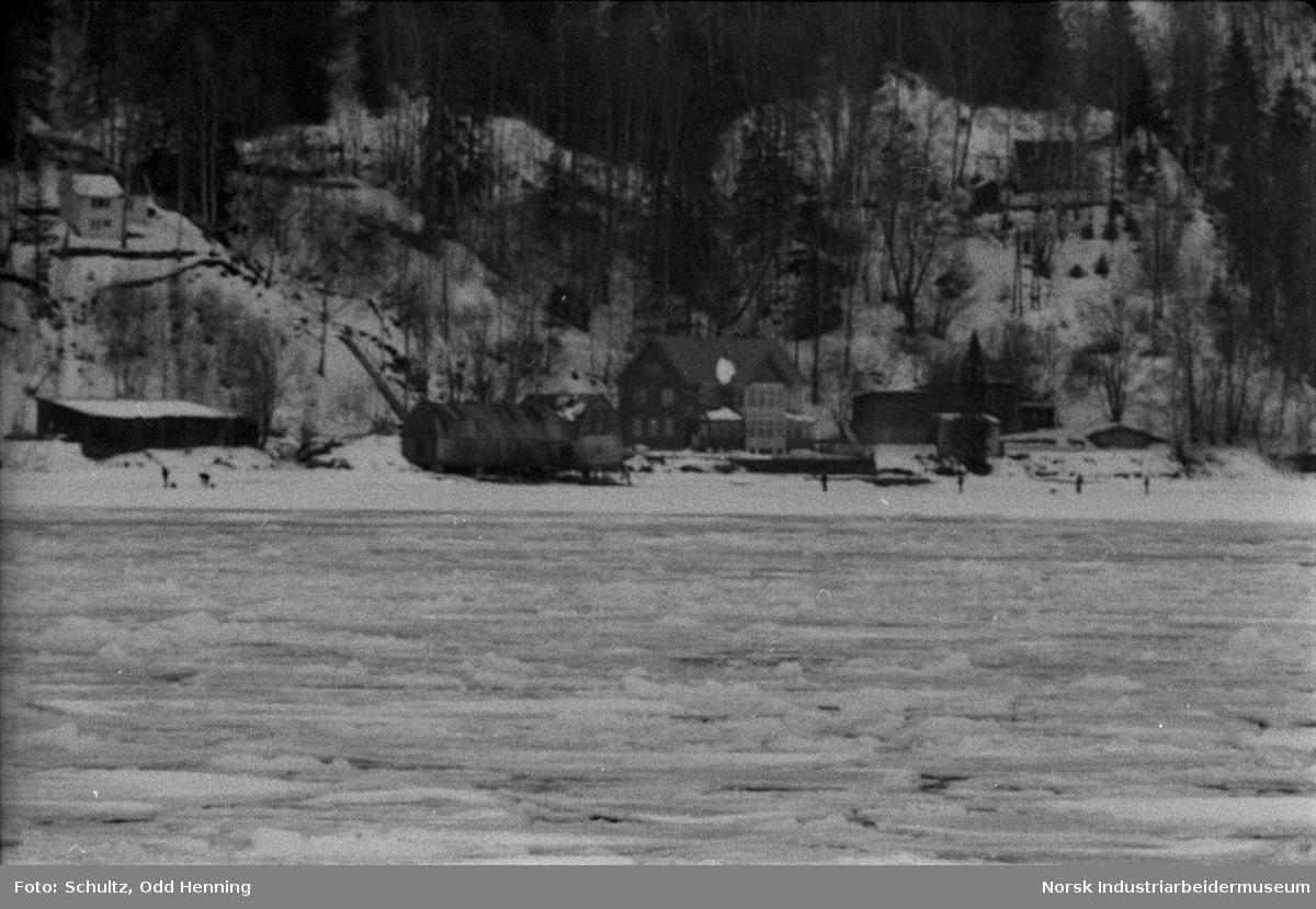 Fagerstrand, fotografert fra andre siden av fjorden.