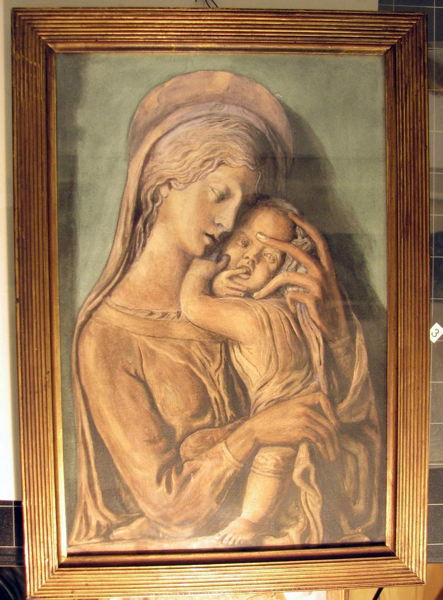 Rektangulært. Maria m. barnet; halvfig., Maria høyrev., luter hodet mot barnet som trykker seg mot henne og ser fremover m. fingeren i munnen; rødbrun tone.