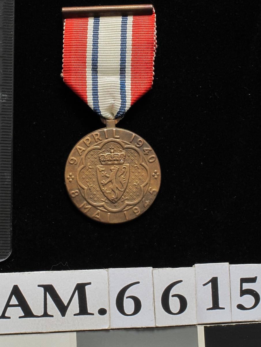 Advers: Det norske riksvåpen og tekst rundt  kanten:   9 april 1940. 8 mai 1945.  Revers: Over flagget og splittflagget en ring  med tekst: Deltager i kampen.