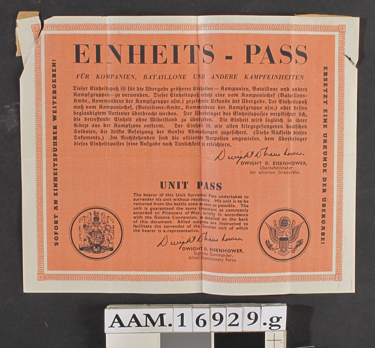 Einheits Pass, sort trykk på rødorarisje bunn ,sign.  Dwight D. Eisenhower, udat.(antag. 1945).