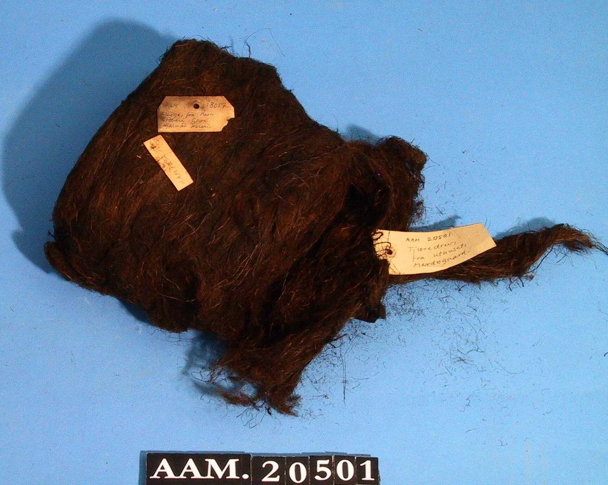 Tjæredrev, en rull.   Mørkebrunt drev, rullet sammen i en oval bunt.  Tilstand: ubrukt.
