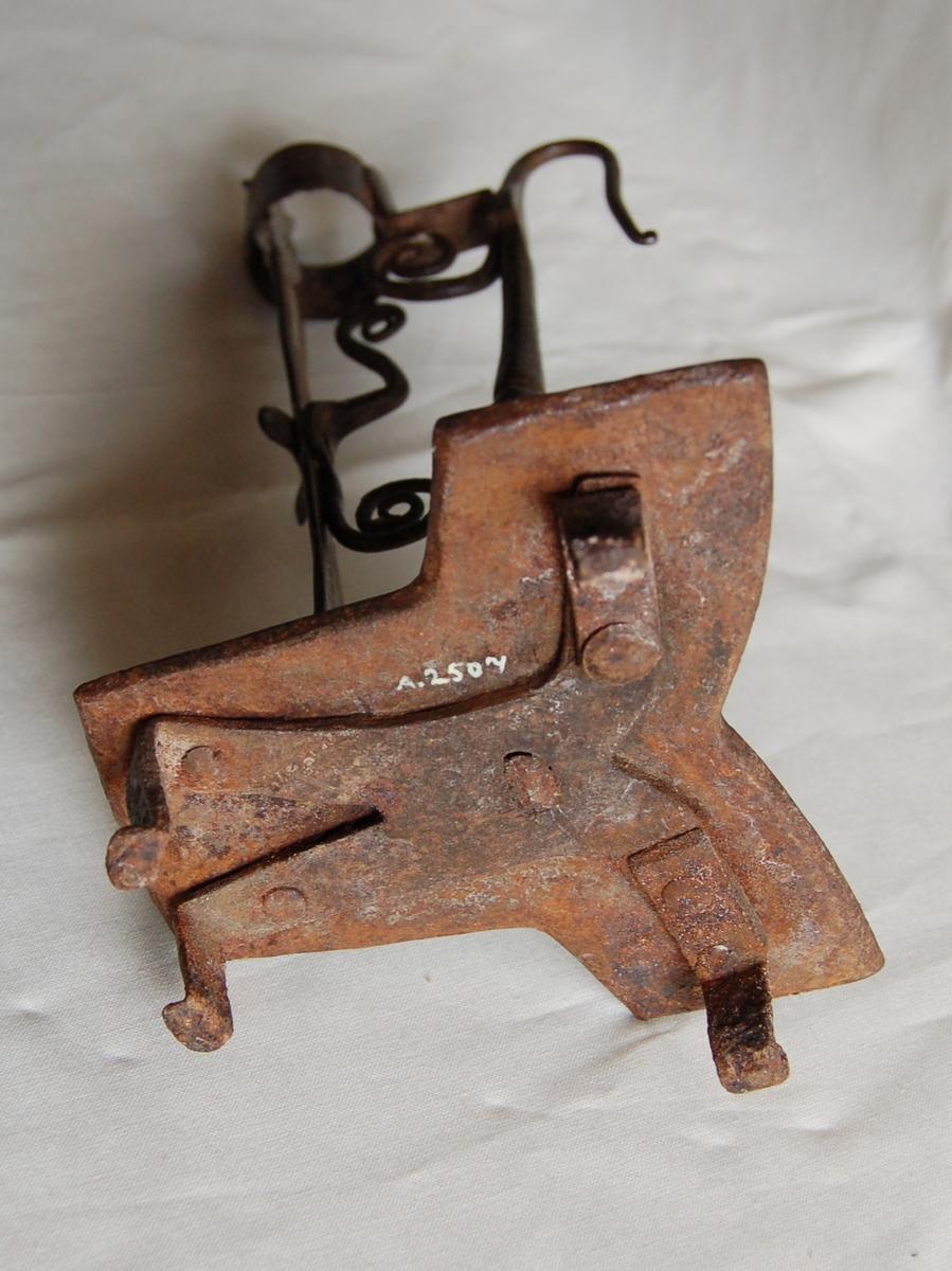 Fotplate med 4 ben, jernstativ, ring øverst, stangen som står inni er bøyelig.