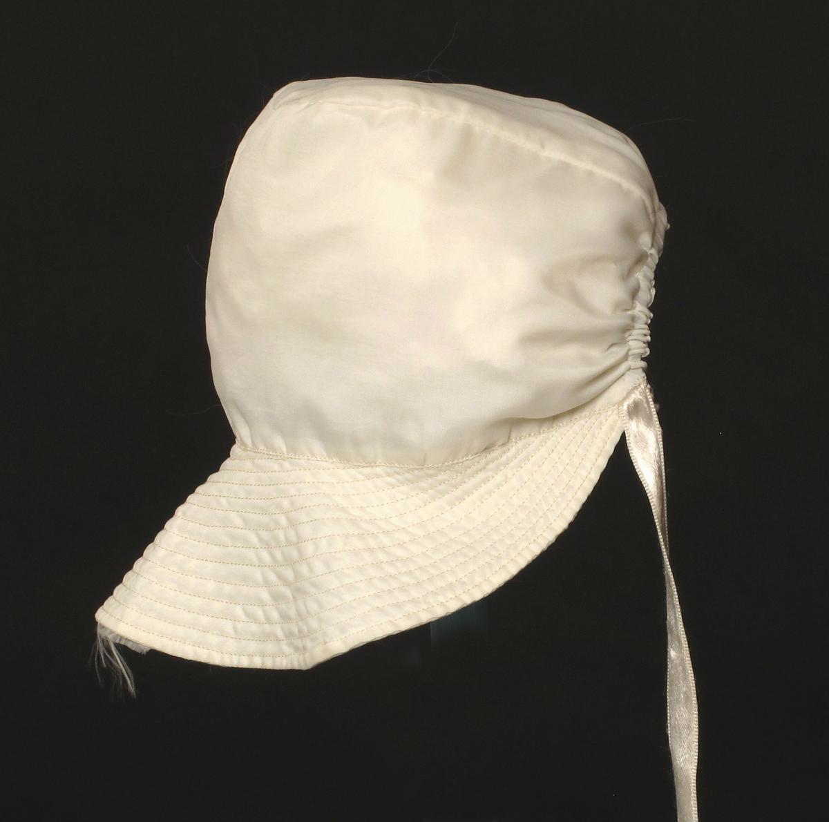 Småbarnlue sydd av hvit fallskjermsilke.
