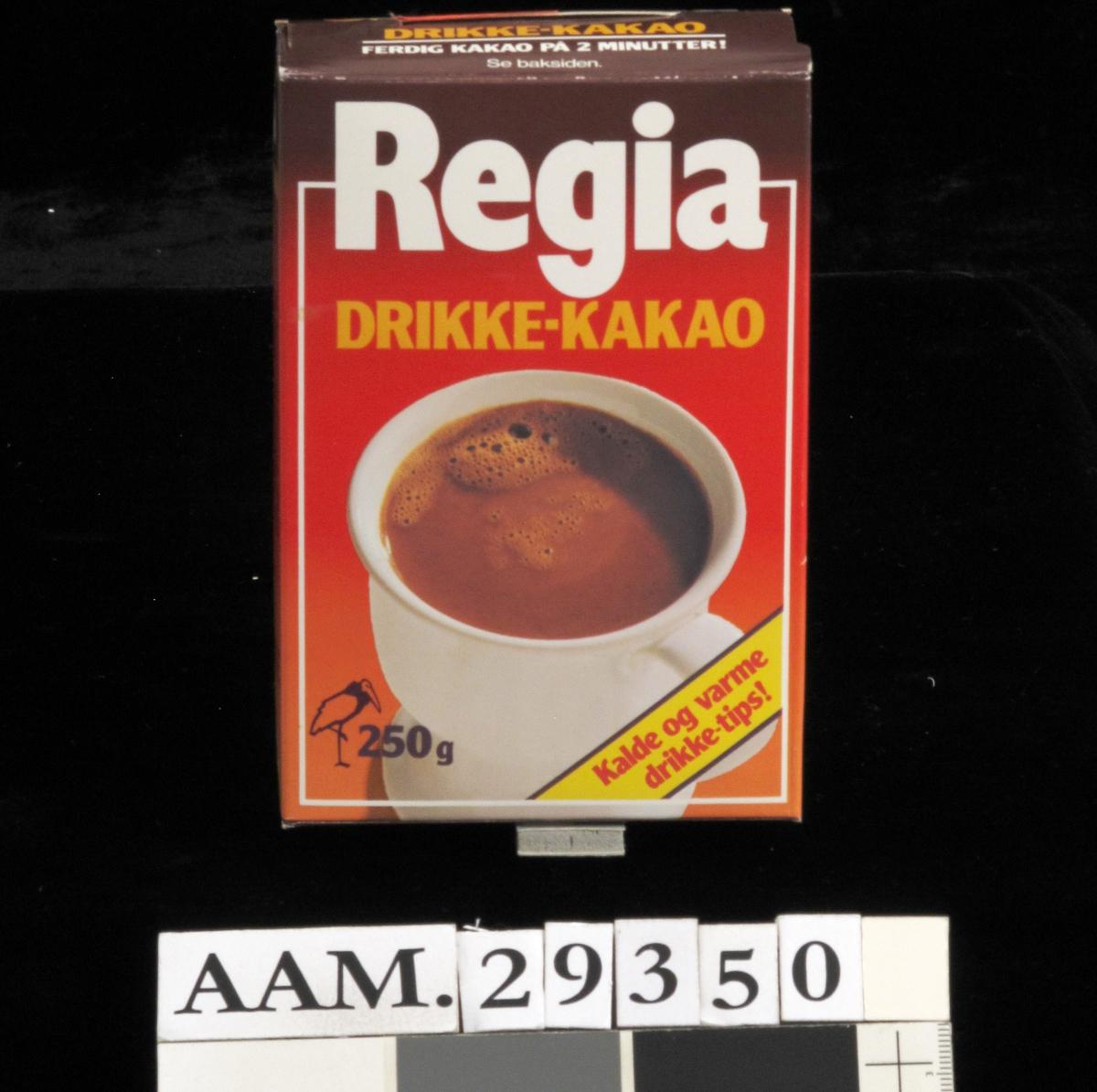 Hvit kopp med kakao mot rød bakgrunn.