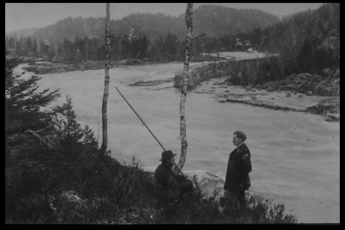 Arendal Fossekompani i begynnelsen av 1900-tallet CD merket 0469, Bilde: 13 Sted: Elva Beskrivelse: Fløting i elva. Bilde av Nils Idalen og Finn Blakstad ovenfor Brenteberget.