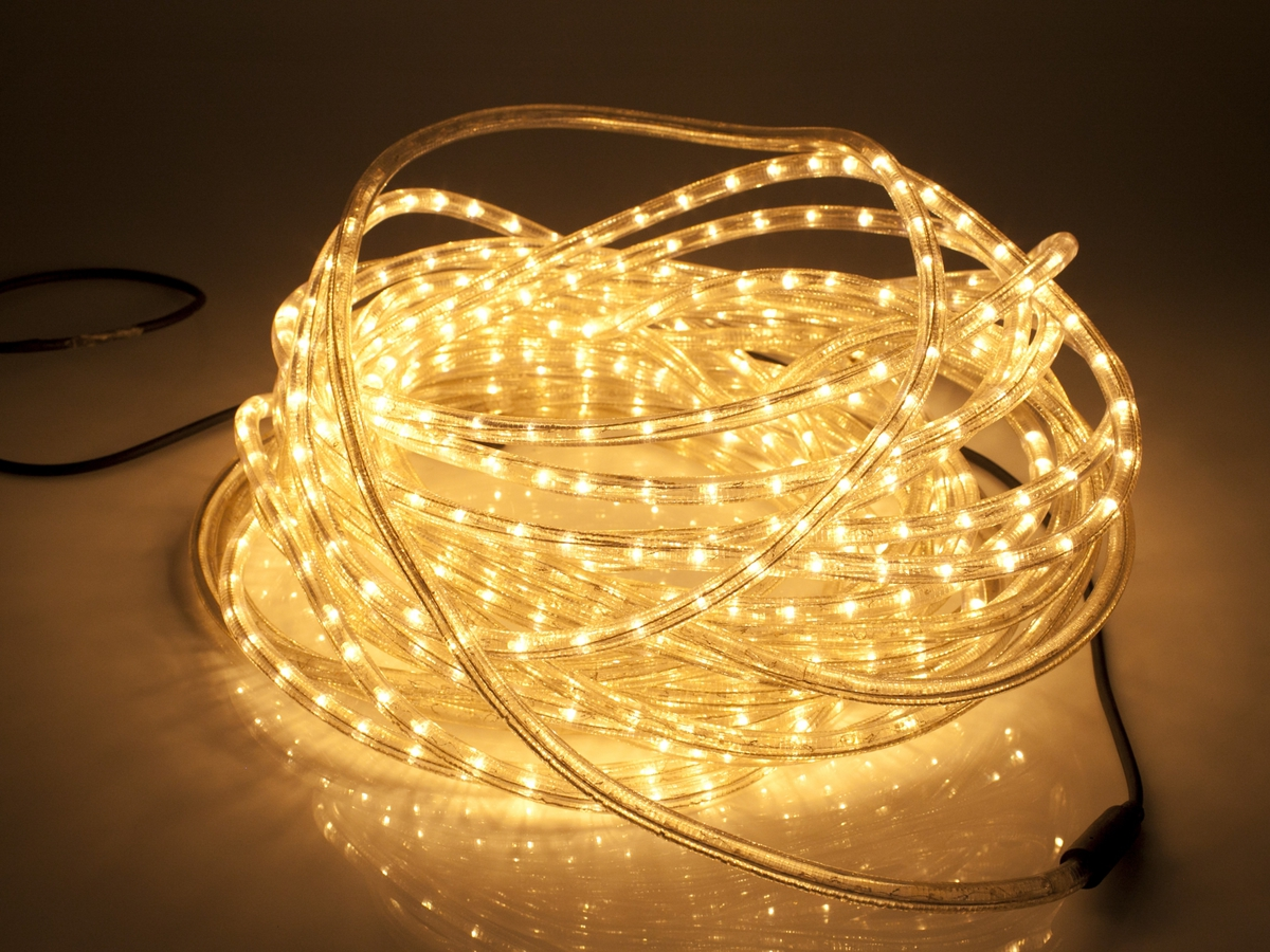 Lysslange/ropelight med hvite lyspunkter. Lysslangen er bøyelig i myk plast. Inne i plasten ligger mange hvite lyspunkter. Lysslangen er beregnet på å bli arrangert langs eller rundt faste holdepunkter på hus eller på grener på treer og busker.
