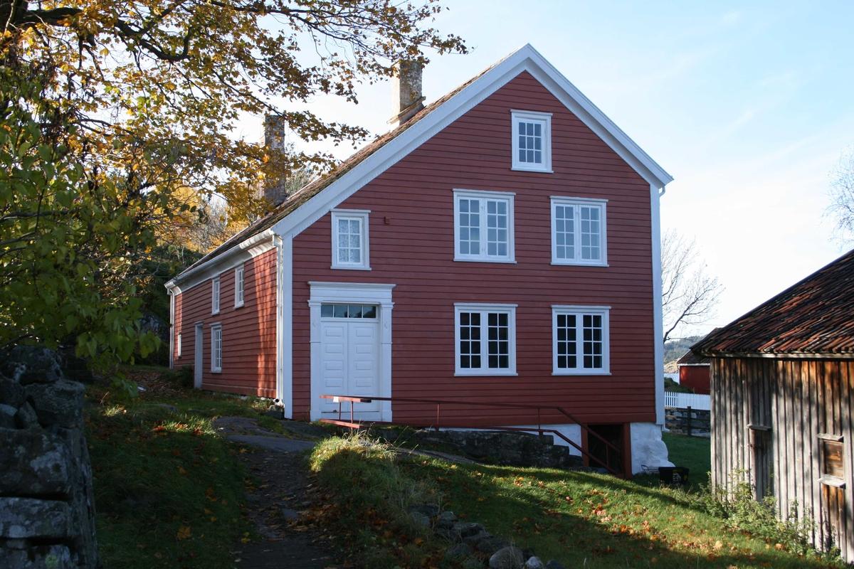 Merdøgaard, gavlvegg mot øst,  sommeren 2009. Assymetrisk gavl.