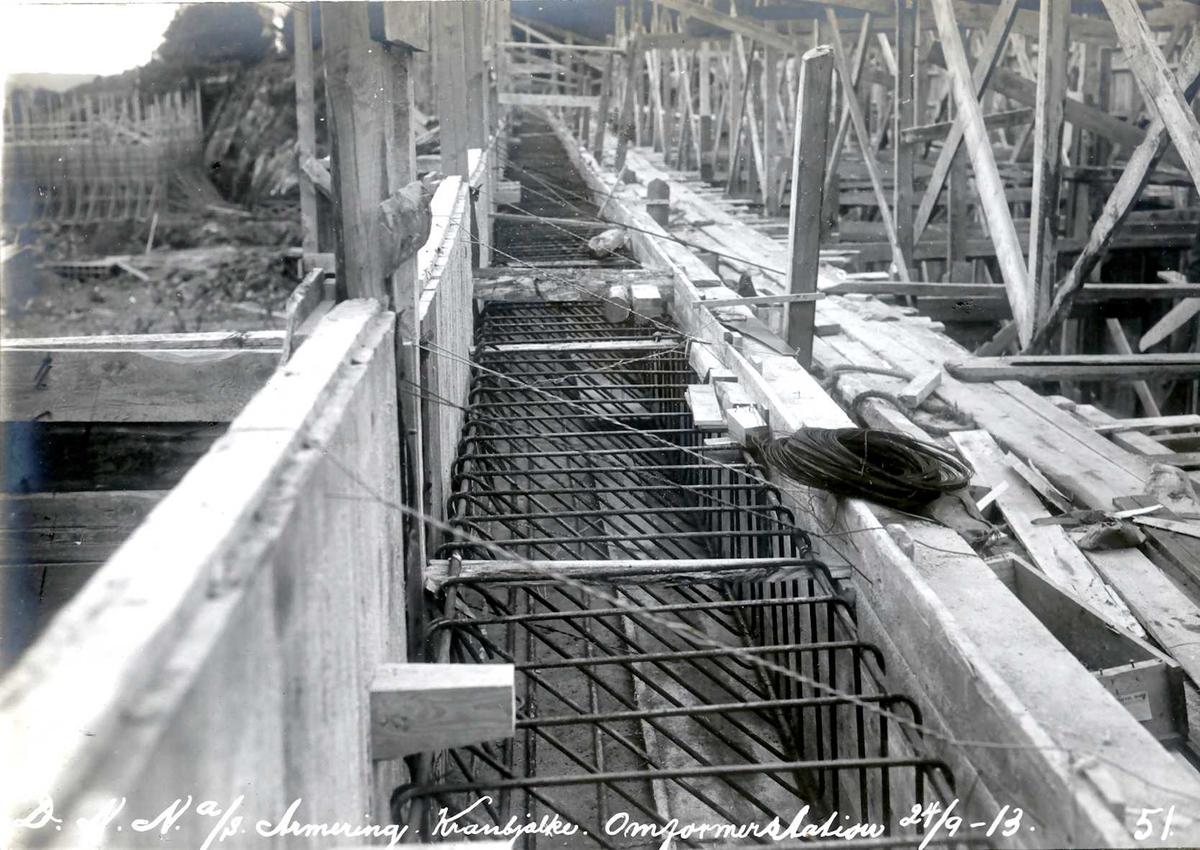 """""""24/09-1913"""" Nitriden. Omformerstasjonen. Armering av kranbjelke. Forskalinger til venstre er bygning for materiallager, verksteder og kontorer."""