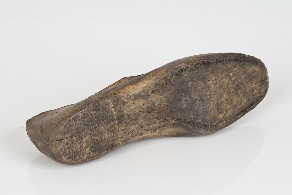 Tremodell to deler; lest og overlest. Høyrefot i skostørrelse 43 med 7 cm i vidde.