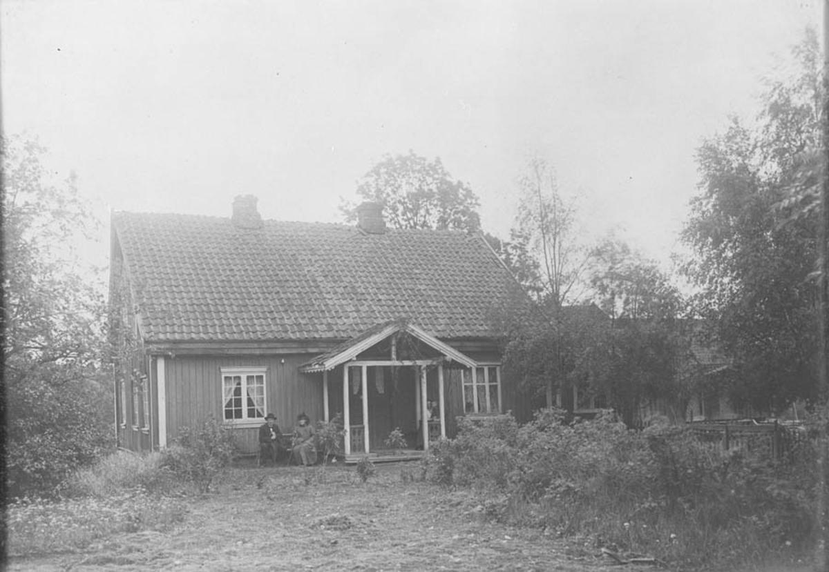Johannes Lie og Constanse Lie (g.Hauge) fotografert utenfor huset