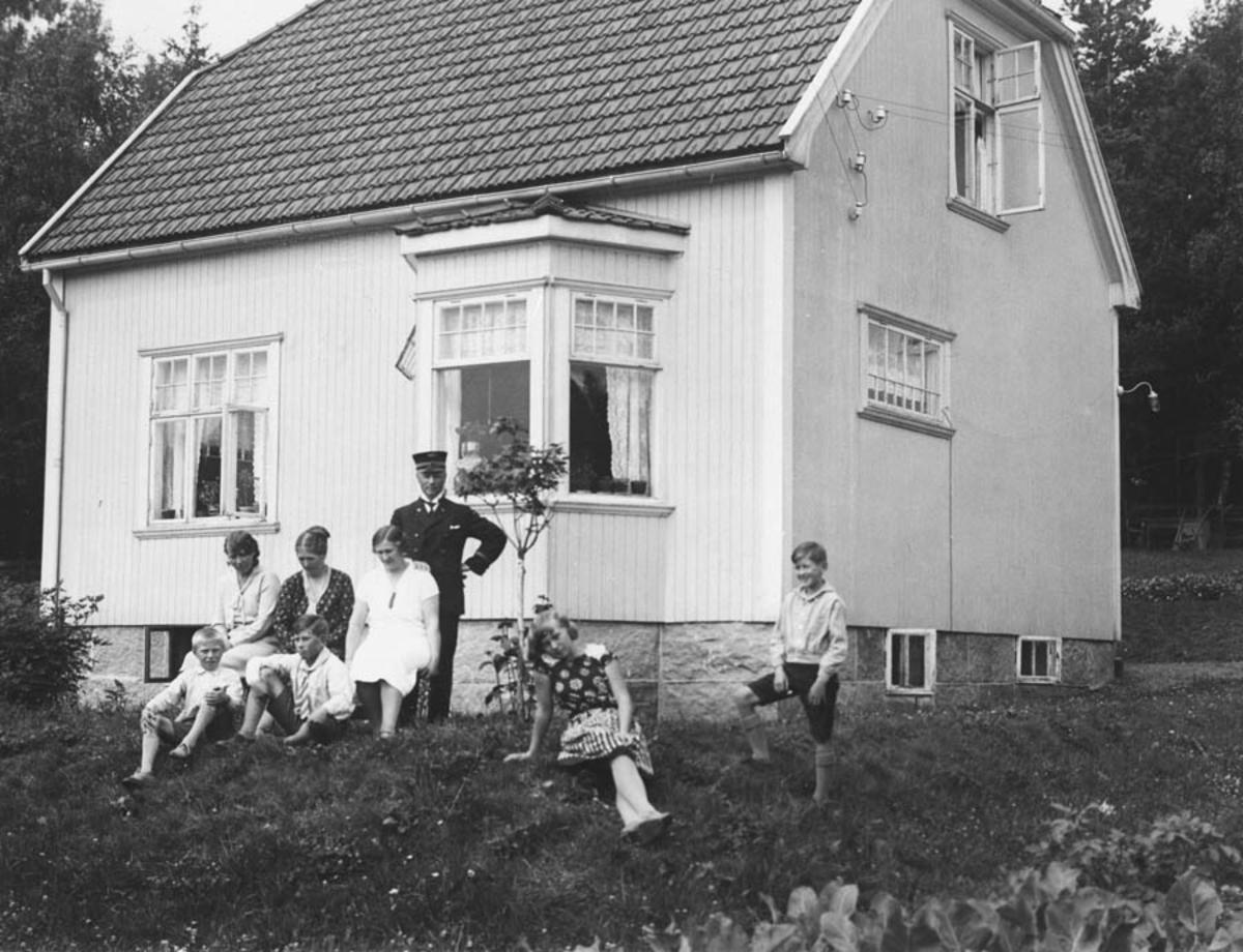 Arthur Eide m. familie. Barna: Arne Eide, Finn Ludvigsen, Gerd Eide, Alf Ludvigsen. Svigerinne og nevøer. Huset tilhørte Oscar Eriksen.