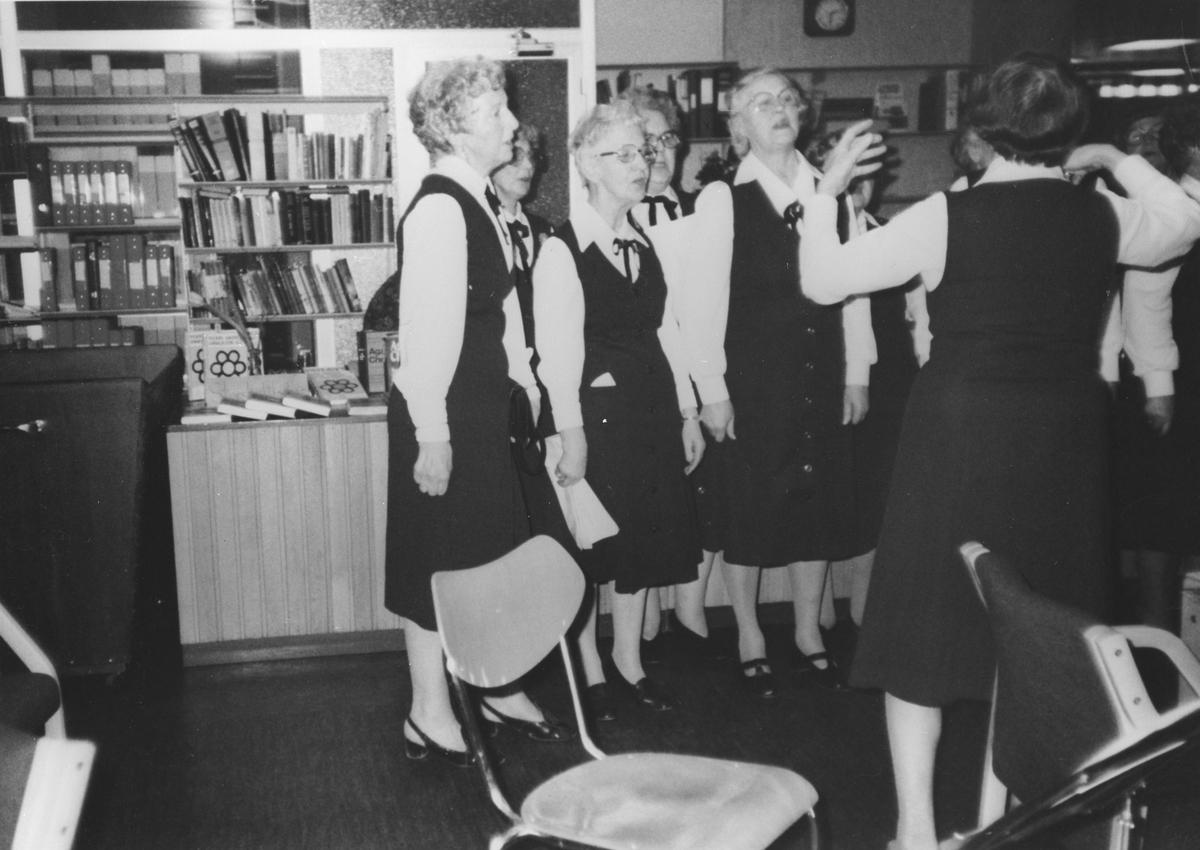 Pensjonistenes sanggruppe synger på Oppegård bibliotek.