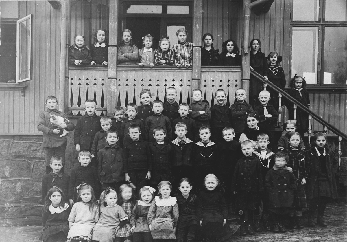 Skolebilde fra gamle Greverud Skole, 1917.