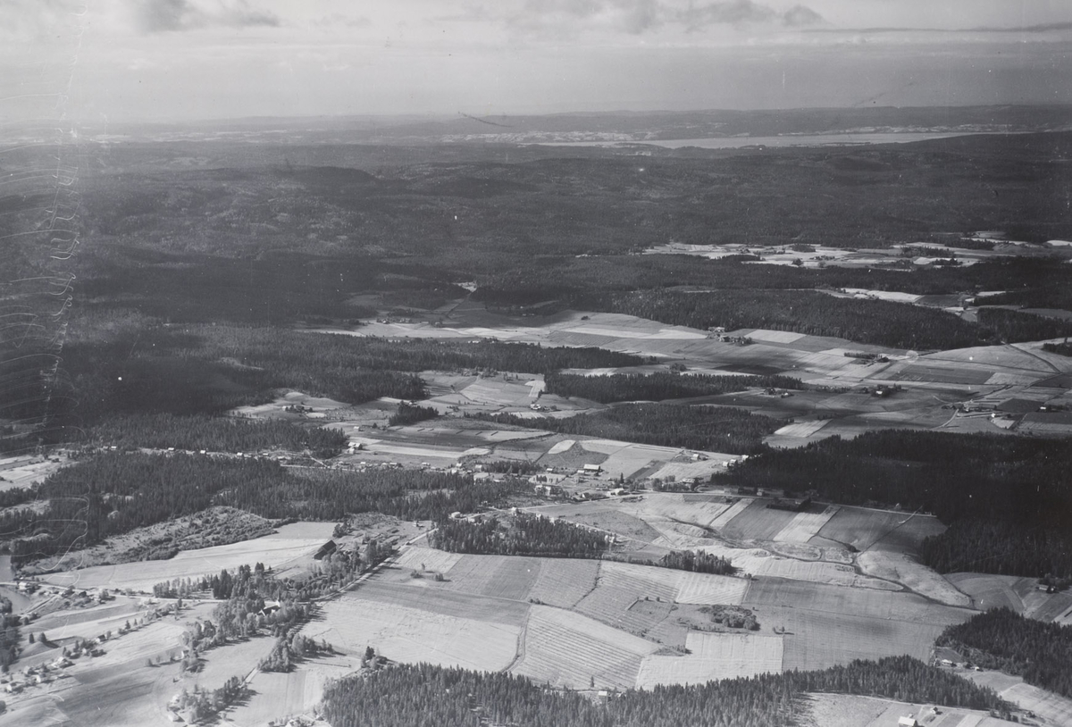 AURSKOG  Aurskog kirke skimtes i forgrunnen Øyeren i bakgrunnen LANDSKAP