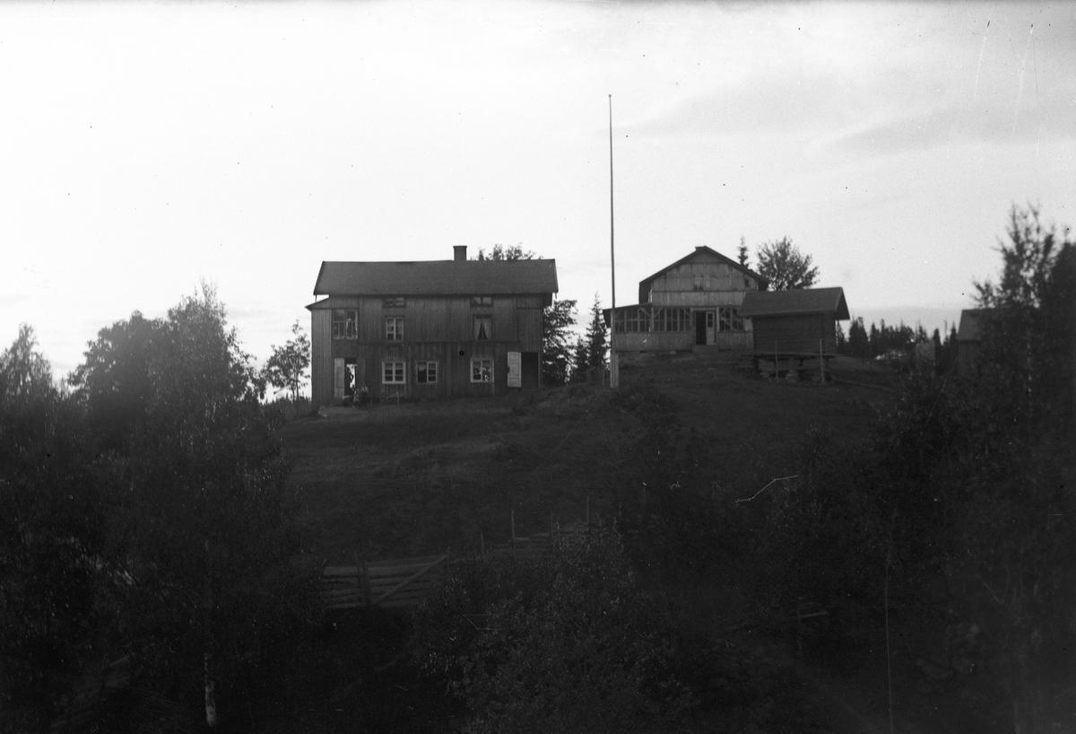 2 hus som er påbygd.