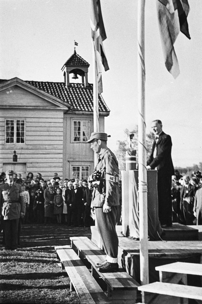 Hjemmestyrkene ved Eidsvollbygningen har parade ved Riksbygningen i mai – juni 1945. På bildet foran: Bertil Bøhnsmoen.