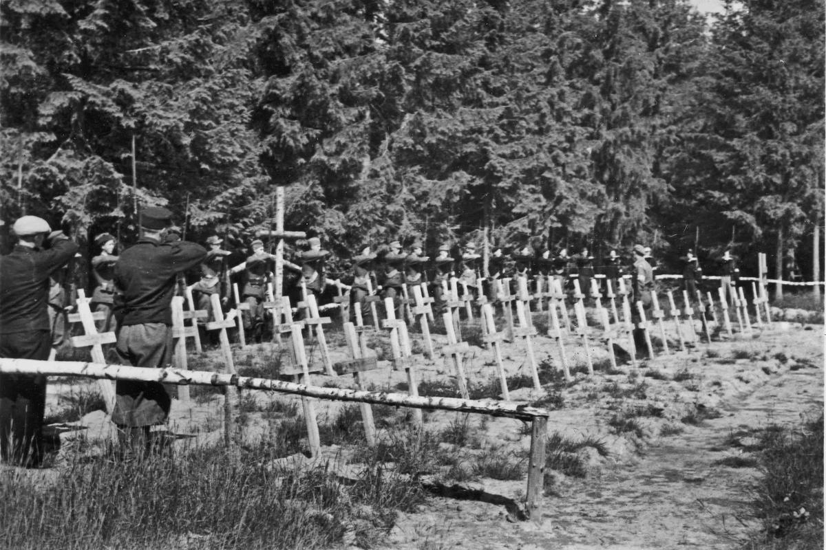 Hjemmestyrker ved et gravsted for falne under krigen. Etter krigens slutt.