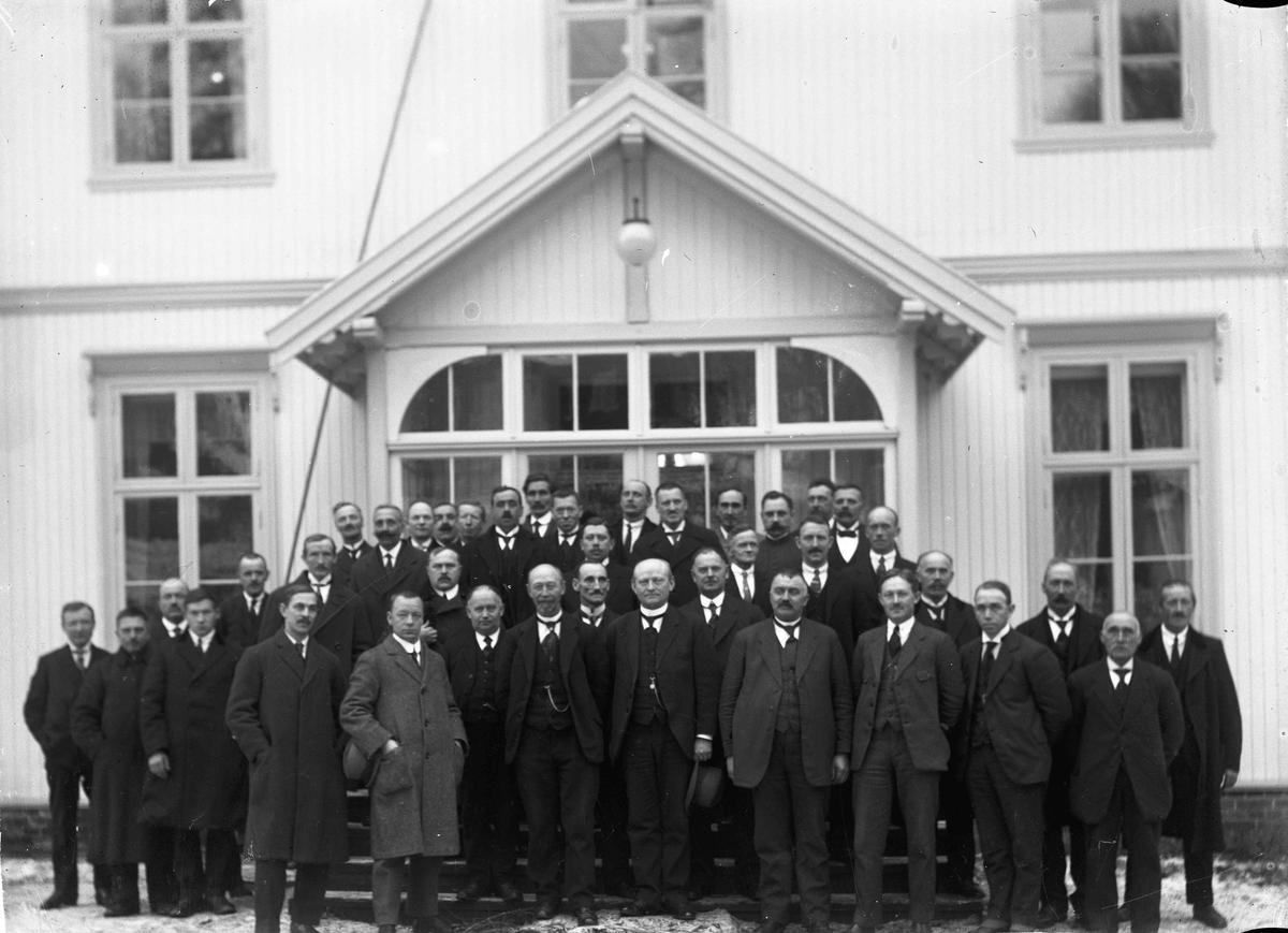 I Badebakken. Anders Venger står midt i første rekke. Eidsvoll Herredsstyre 1924.