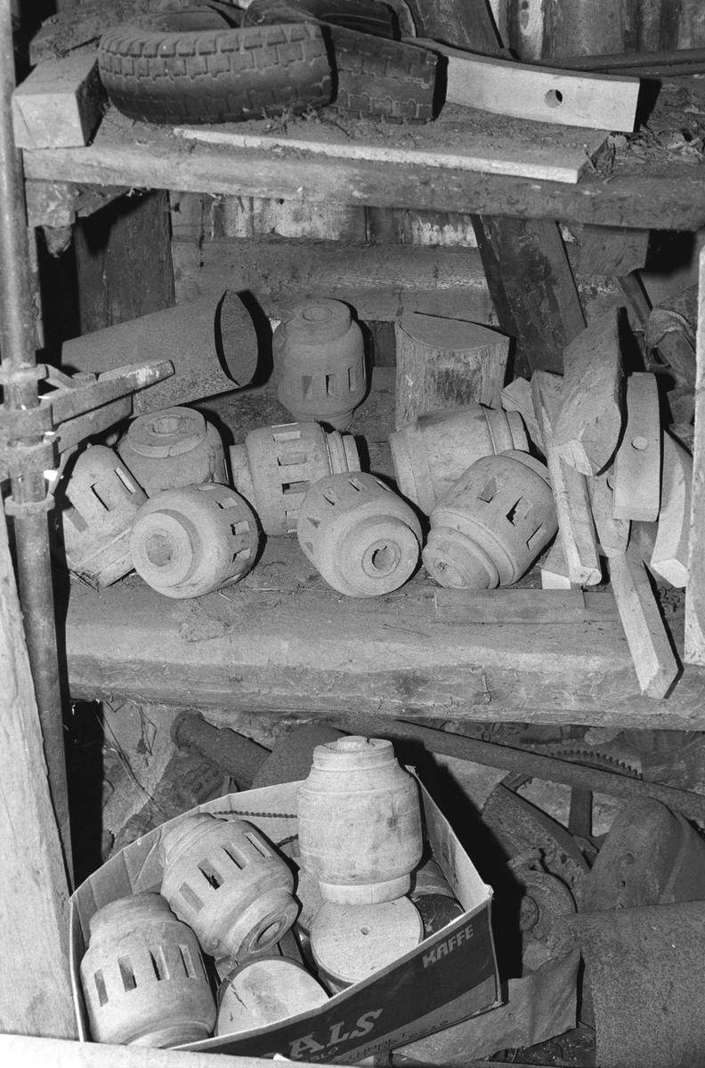 Svartdahl Bruk Interiørbilde fra smia. Samling av maskindeler. Muligens rester fra en gammel sag. (Føringsruller med mer.)