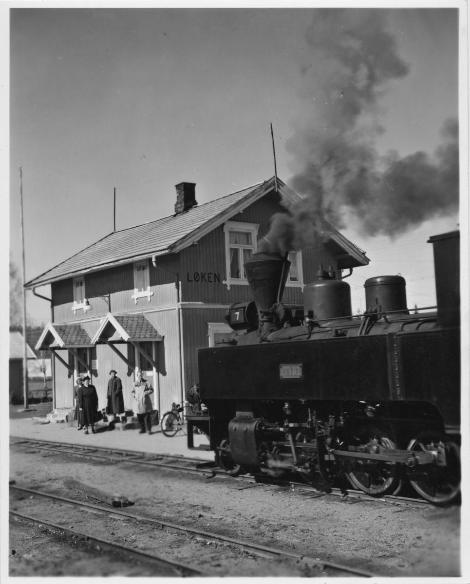 Tog 2051 til Skulerud kjører inn på Løken stasjon.