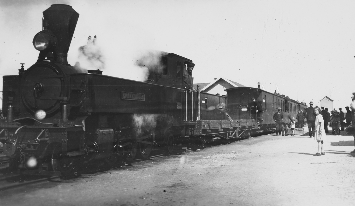 Lok 5 Bjørkelangen, vogn No2, CFo5 eller CFo6, BCo3 eller BCo4, BCo7. I spor 2 sees CFo5 eller CFo6. Piken foran til høyre er trolig Agathe Prydz, datter av driftsbestyrer Eigil Prydz.