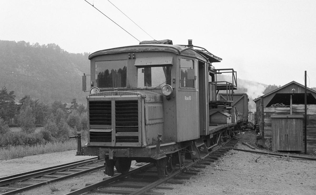 Setesdalsbanens tunnelrenskebukk Ram 10, tidligere Tønsberg-Eidsfossbanens motorvogn.