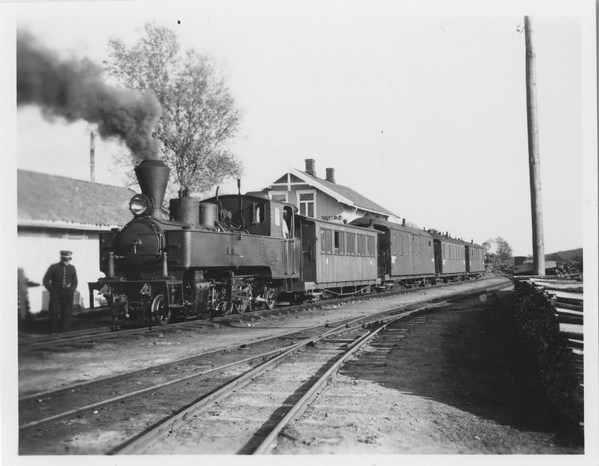 Persontog til Sørumsand på Skulerud stasjon. Toget trekkes av damplokomotiv nr. 6 Høland.