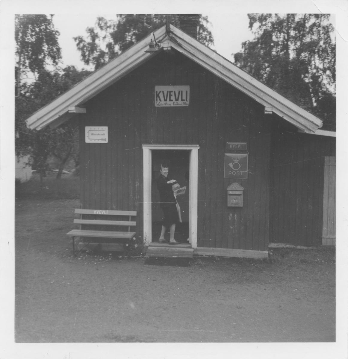 Ekspeditør Agnes Fagermoen har tatt i mot posten på Kvevli stasjon.
