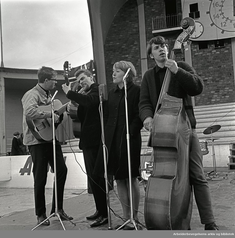 1. mai 1967 i Oslo.Framfylkingens arrangement på Jordal Amfi.Gruppe 4 med Lisa Strindberg spiller