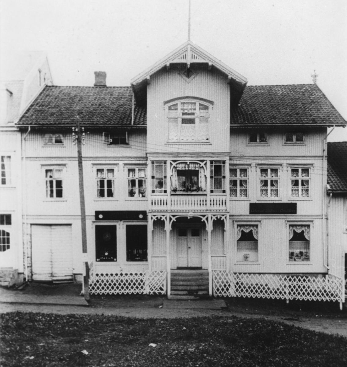 Bygning med Colonial, Bakeri og Conditori.