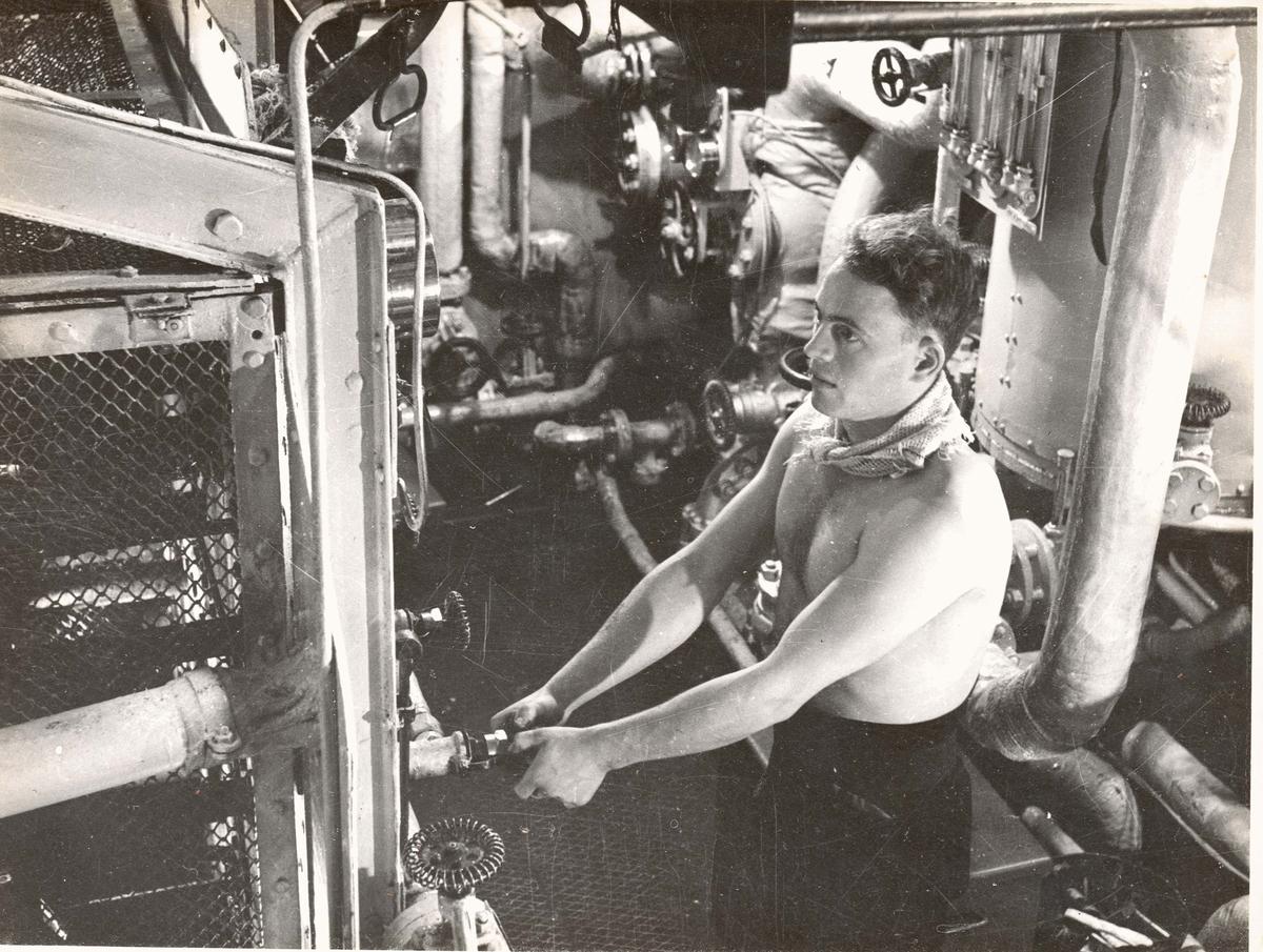 Motiv: (senere) Løytnant (Ma) Thorleif Lund - Dørkformann jageren SLEIPNER 1943.